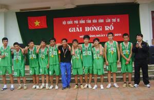 BTC trao giải nhất nội dung nam THPT cho trường THPT Đà Bắc.