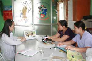 Cán bộ Trạm y tế xã Do Nhân (Tân Lạc) tư vấn sức khỏe sinh sản cho chị em phụ nữ trong xã.