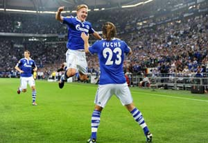 Lewis Holtby (giữa) trong màu áo CLB Schalke.