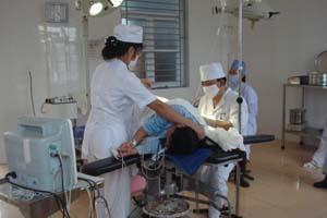Các y, bác sĩ Bệnh viện Đa khoa huyện Đà Bắc thực hiện gây mê phục vụ ca mổ sản.