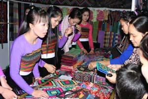 Sản phẩm thổ cẩm của người Thái Mai Châu thu hút đông khách trong và người nước thăm quan, lựa chọn tại Hội trại văn hóa, ẩm thực và hàng thủ công mỹ nghệ (Dịp Lễ kỷ niệm 125 năm thành lập tỉnh).