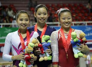Hai nữ VĐV thể dục Việt Nam chiếm ngôi đầu giải toàn năng. Ảnh: An Nhơn.