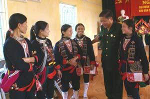 Đồng chí Hoàng Việt Cường, Bí thư Tỉnh ủy trò chuyện với hội viên phụ nữ xã Tú Sơn, huyện Kim Bôi