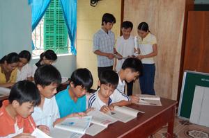 Thư viện trường học của huyện Kỳ Sơn có đầy đủ sách, báo cho học sinh tìm hiểu, nâng cao kiến thức về NS&VSMTNT.
