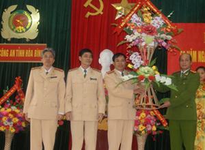 Lãnh đạo Công an tỉnh tặng lẵng hoa chúc mừng lực lượng CSGT đường thủy.