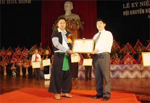 Anh Sùng A Sía nhận bằng khen của UBND tỉnh tại đại hội biểu dương gia đình, dòng họ hiếu học tỉnh lần thứ nhất.