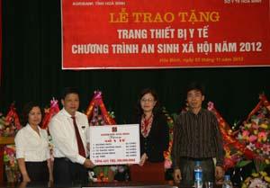 Lãnh đạo Chi nhánh NHNo&PTNT tỉnh và lãnh đạo Sở Y tế tỉnh trong lễ trao tặng các trang thiết bị cho các trạm y tế tuyến xã trong tỉnh.