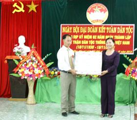 Đồng chí Hoàng Thị Chiển, UVBTV Tỉnh ủy, Trưởng Ban Dân vận tặng quà cho nhân dân xóm Bãi Sấu.