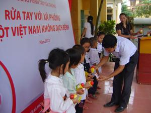 Cấp phát xà phòng cho trẻ em xã Tu Lý.