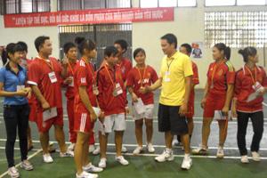 HLV Vũ Anh Tiến và đội tuyển đẩy gậy tỉnh sau Giải vô địch đẩy gậy toàn quốc 2012.