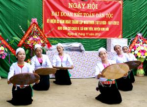 """Tiết mục múa """"Được mùa"""" do chi hội phụ nữ xóm Cháo II, xã Kim Tiến biểu diễn trong Ngày hội Đại đoàn kết toàn dân tộc."""