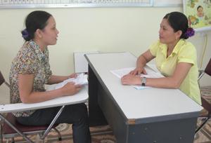 Cán bộ Trung tâm CSSKSS tỉnh tư vấn các kiến thức về giới tính và SKSS cho trẻ vị thành niên.