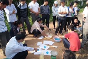 Trong khuôn khổ tập huấn, các học viên thực hành pha chế thuốc BVTV.