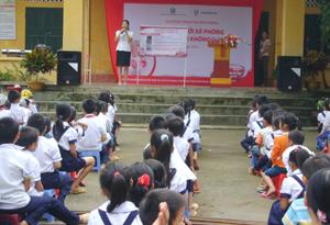 Một buổi sinh hoạt ngoại khóa lồng ghép truyền thông rửa tay với xà phòng cho học sinh ở trường tiểu học xã Tu Lý.