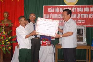 Đồng chí Đinh Duy Sơn, Phó Chủ tịch HĐND tỉnh, tặng quà cho cán bộ, nhân dân KDC Thành Công.