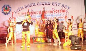 """Tiết mục """"Đất Việt tiếng vọng ngàn đời"""" của Phòng GD&ĐT huyện Lạc Sơn."""