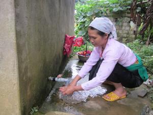 Được sự quan tâm đầu tư của Nhà nước, nhân dân xã Quyết Chiến (Tân Lạc) được sử dụng các công trình nước tự chảy phục vụ sinh hoạt hàng ngày.