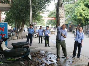 Các lực lượng chức năng của đoàn kiểm tra liên ngành xử lý các trường hợp vị phạm trên địa bàn phường Đồng Tiến (TPHB).