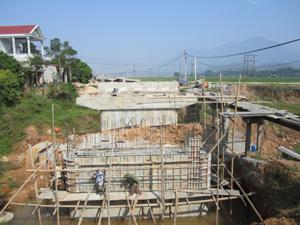 Công ty Cổ phần xây dựng Hòa Bình tập trung lực lượng, phương tiện thi công phấn đấu hoàn thành cầu Ngòi mới vào ngày 31/12/2012.