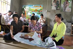 Chị em trong chi hội xóm Sào nhận nhiều sản phẩm yêu cầu kỹ thuật cao để thêu, phục vụ nhu cầu mua sắm trong dịp Tết Nguyên đán sắp tới.