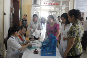 Học tập và làm theo tấm gương đạo đức Hồ Chí Minh, y đức của CB, NV Bệnh viện Đa khoa tỉnh đã có chuyển biến tích cực. Ảnh: Nhân dân đến khám bệnh đã được nhân viên bệnh viện hướng dẫn thủ tục chu đáo.
