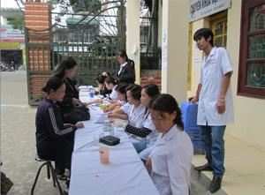 Nhân dân đến khám và điều trị ĐTĐ tại Bệnh viện Nội tiết tỉnh.
