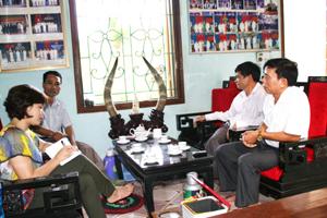 Cán bộ phòng VH-TT huyện Kỳ Sơn, xã Hợp Thịnh thăm gia đình văn hóa tiêu biểu Nguyễn Xuân Thảo, xóm Tôm.
