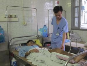 Bác sĩ Đinh Thế Hải, Phó khoa Ngoại - chấn thương (Bệnh viện Đa khoa tỉnh) kiểm tra vết thương cho bệnh nhân Đinh Công Thái.