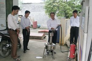Đoàn tiến hành kiểm tra tại Cửa hàng Xăng dầu Đà Bắc, tiểu khu Lâm Lý, thị trấn Đà Bắc.