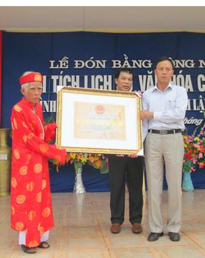 Lãnh đạo Sở VH-TT&DL trao Bằng công nhận di tích lịch sử văn hóa cấp tỉnh Đình làng Đồng Sương, xã Thành Lập (Lương Sơn).