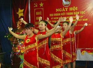 Người dân tổ dân phố 22, phường Phương Lâm (TPHB) biểu diễn văn nghệ trào mừng Ngày hội Đại đoàn kết toàn dân, năm 2012