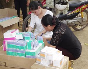 Cán bộ Trung tâm YTDP tỉnh bàn giao thuốc vitamin B Complex, vitamin 3B, canxi cho cán bộ y tế huyện Lạc Sơn.
