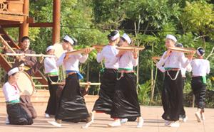 """Tiết mục múa """"Ngày mùa"""", mang đậm chất dân gian của các nghệ nhân xóm Ải tại Ngày hội Đại đoàn kết toàn dân tộc năm 2012."""