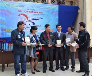 Đồng chí Bùi Văn Cửu, Phó Chủ tịch TT UBND tỉnh trao đổi với Ban tổ chức Giải dù lượn.