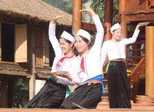 Thực hiện dự án của Bộ VH-TT&DL về duy trì, tôn tạo, nâng cấp và xây dựng làng Mường cổ, nhân dân xóm ẢI, xã Phong Phú (Tân Lạc) đã khôi phục nghề truyền thống, dạy dân ca, dân vũ cho thế hệ trẻ. Ảnh: Hồng Duyên