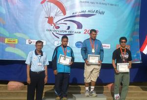BTC trao giải nhất, nhì, ba nội dung cá nhân nam cho các VĐV của đội Thái Lan.