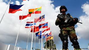 Cảnh sát Campuchia canh gác trước cung điện Hòa bình ở thủ đô Phnom Penh, nơi diễn ra Hội nghị Cấp cao ASEAN lần thứ 21 và các hội nghị liên quan.