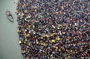 Hơn 100.000 người đổ ra sông Ganges để tham gia lễ cầu nguyện trong lễ hội Chath.