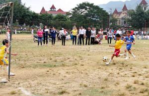 Trận đấu tranh giải nhất nhi đồng giữa 2 đội TH thị trấn Mai Châu và TH Mai Hạ.
