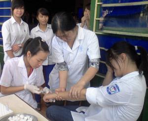Trung tâm DS-KHHGĐ huyện Lương Sơn phối hợp với Bệnh viện Nhi Trung ương lấy 550 mẫu máu của học sinh trường THPT Nguyễn Trãi xét nghiệm đánh giá tỷ lệ mang gen bệnh tan máu bẩm sinh.
