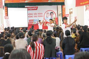 Đại diện nhãn hàng Colgate hướng dẫn cách chăm sóc răng miệng đúng cách cho hội viên phụ nữ huyện Kỳ Sơn.