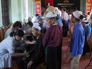Đoàn bác sỹ của Bệnh viện Đa khoa tỉnh khám bệnh cho nhân dân trên địa bàn xã.