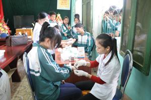 Các y, bác sỹ Bệnh viện Nhi Trung ương lấy máu xét nghiệm gen bệnh tan máu bẩm sinh cho học sinh trường THPT Kỳ Sơn.