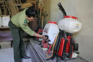 Kiểm lâm TP Hòa Bình kiểm tra dụng cụ chữa cháy rừng.