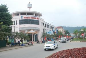 Đoàn diễu hành tuyên truyền về tác hại của HIV/AIDS tại đường Trần Hưng Đạo (TPHB).