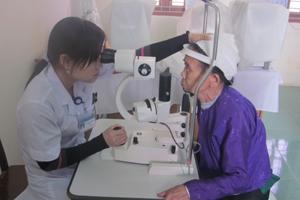 Bác sĩ Trung tâm Phòng - chống bệnh xã hội tỉnh kiểm tra mắt cho bệnh nhân trước khi vào phòng mổ.