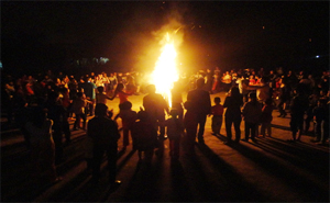 Cán bộ Tổng phụ trách Đội thành phố Hòa Bình và thành phố Hải Phòng thực hành thiết kế hoạt động đốt lửa trại truyền thống và tổ chức các trò chơi tập thể.