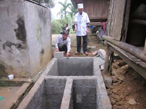 Với mức hỗ trợ 1 triệu đồng/hộ, nhân dân xã Thung Nai (Cao Phong) đã bỏ thêm ngày công, nguyên vật liệu xây dựng công trình nhà tiêu hợp vệ sinh.