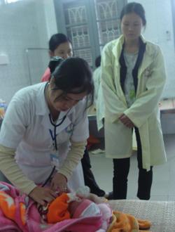 Bác sĩ Quách Thị Lơ (người trực tiếp điều trị cho cháu Bùi Hoàng Anh), kiểm tra nhịp tim của cháu.
