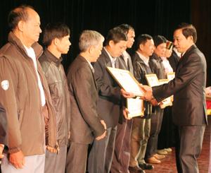 Đồng chí Bùi Văn Cửu, Phó Chủ tịch TT UBND tỉnh trao bằng khen của UBND tỉnh cho các gia đình văn hóa tiêu biểu, xuất sắc giai đoạn 2007- 2012.